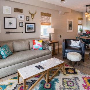 Esempio di un soggiorno stile americano di medie dimensioni e aperto con sala formale, pareti beige e pavimento in legno massello medio