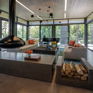 Foto på ett stort funkis allrum med öppen planlösning, med ett musikrum, betonggolv, en hängande öppen spis, en spiselkrans i betong och grått golv