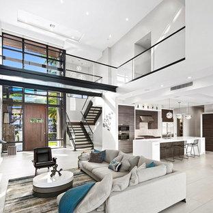 Bild på ett stort funkis allrum med öppen planlösning, med vita väggar, klinkergolv i porslin, en väggmonterad TV och grått golv