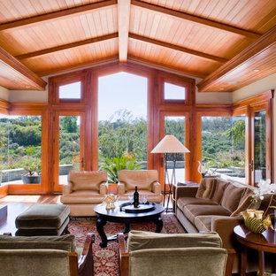 Idée de décoration pour un grand salon craftsman avec un mur beige et une cheminée standard.