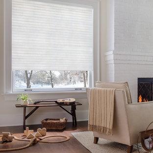 Modelo de salón para visitas abierto, clásico renovado, de tamaño medio, sin televisor, con paredes beige, suelo de madera en tonos medios, chimenea tradicional, marco de chimenea de ladrillo y suelo azul