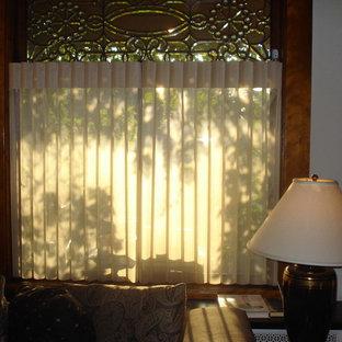 Immagine di un soggiorno tradizionale di medie dimensioni e chiuso con sala formale, pareti bianche, camino sospeso, cornice del camino in mattoni e TV autoportante