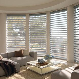 Immagine di un soggiorno classico di medie dimensioni e aperto con pareti beige e pavimento in gres porcellanato