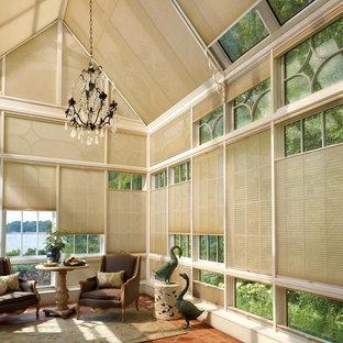 Esempio di un soggiorno design di medie dimensioni e chiuso con pavimento in terracotta, nessun camino e pavimento rosso