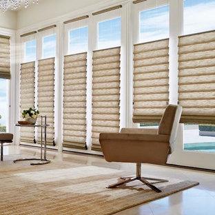 Idee per un soggiorno minimalista aperto con pareti bianche e pavimento in marmo