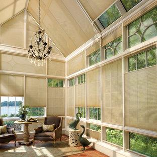 Diseño de salón para visitas cerrado, moderno, grande, sin chimenea y televisor, con suelo de baldosas de terracota
