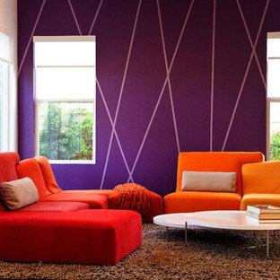Inredning av ett modernt vardagsrum, med lila väggar