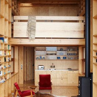 Стильный дизайн: маленькая гостиная комната в морском стиле с печью-буржуйкой - последний тренд