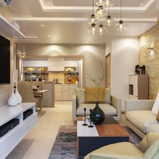 Modelo de salón abierto y papel pintado, contemporáneo, de tamaño medio, papel pintado, con paredes multicolor, pared multimedia, suelo beige y papel pintado