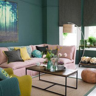 Modernes Wohnzimmer mit grüner Wandfarbe, gebeiztem Holzboden und weißem Boden in London