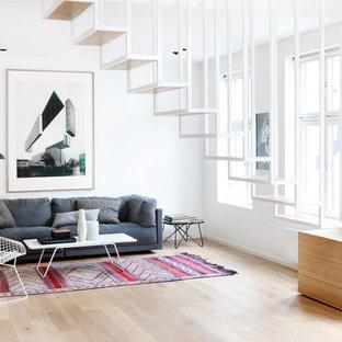 Diseño de salón para visitas nórdico con paredes blancas y suelo de madera clara