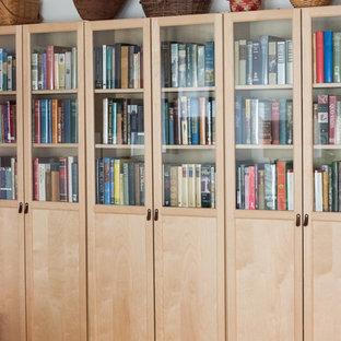 Immagine di un soggiorno design di medie dimensioni e chiuso con libreria, pareti bianche, pavimento in bambù, nessun camino, nessuna TV e pavimento beige