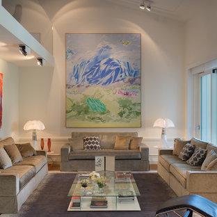 Esempio di un soggiorno classico con pareti bianche, pavimento in legno massello medio e pavimento marrone