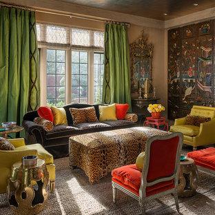 Foto di un soggiorno etnico chiuso con sala formale, pareti marroni, nessun camino e nessuna TV