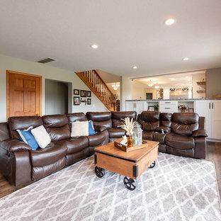 コンテンポラリースタイルのおしゃれなLDK (フォーマル、グレーの壁、無垢フローリング、標準型暖炉、積石の暖炉まわり、埋込式メディアウォール、茶色い床) の写真