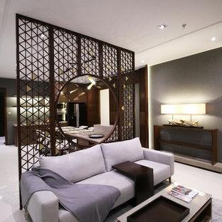 Esempio di un piccolo soggiorno etnico aperto con angolo bar, pareti beige, pavimento in gres porcellanato, nessun camino e parete attrezzata