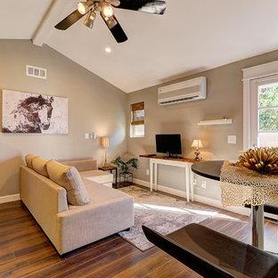 Ispirazione per un piccolo soggiorno chic aperto con pareti grigie, pavimento in laminato, TV autoportante e pavimento marrone