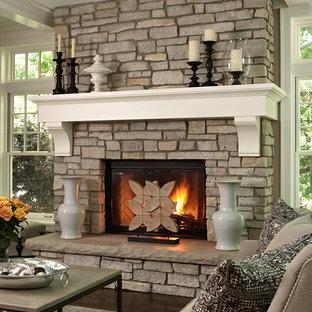 ミネアポリスのトラディショナルスタイルのおしゃれなリビング (標準型暖炉、茶色い床) の写真