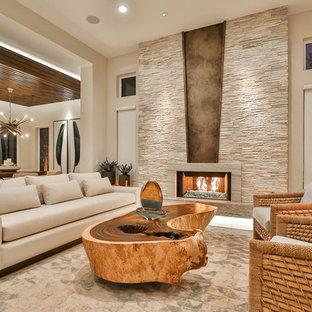 Inredning av ett modernt mellanstort allrum med öppen planlösning, med ett finrum, beige väggar, en bred öppen spis, en spiselkrans i sten, beiget golv och travertin golv