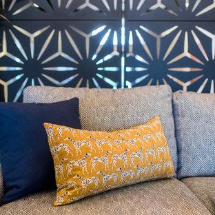インディアナポリスの中サイズのコンテンポラリースタイルのおしゃれなLDK (フォーマル、オレンジの壁、カーペット敷き、暖炉なし、テレビなし) の写真