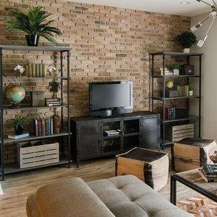 Industriell inredning av ett litet allrum med öppen planlösning, med grå väggar, vinylgolv och en fristående TV