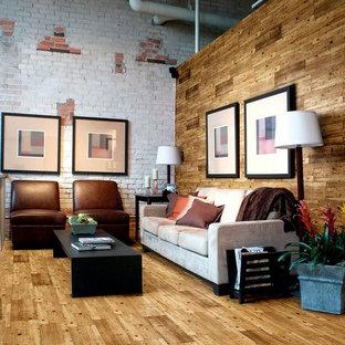Mittelgroßes, Offenes Industrial Wohnzimmer mit weißer Wandfarbe und braunem Holzboden in London