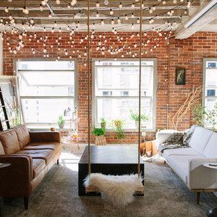 Idee per un piccolo soggiorno industriale aperto con libreria, pavimento in cemento, pareti rosse e nessun camino