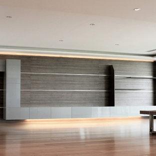 巨大なインダストリアルスタイルのおしゃれなリビング (フォーマル、白い壁、無垢フローリング、据え置き型テレビ、黄色い床) の写真