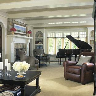 グランドラピッズの広いトラディショナルスタイルのおしゃれな独立型リビング (ベージュの壁、カーペット敷き、両方向型暖炉、石材の暖炉まわり、内蔵型テレビ) の写真