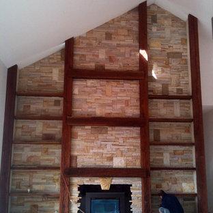Modern inredning av ett mycket stort allrum med öppen planlösning, med heltäckningsmatta, en öppen vedspis, en spiselkrans i sten, en dold TV, ett bibliotek och bruna väggar