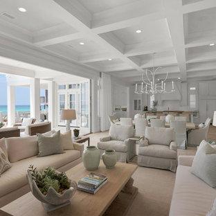 Geräumiges, Offenes Maritimes Wohnzimmer mit weißer Wandfarbe, Kamin, gefliester Kaminumrandung, Wand-TV und Travertin in Miami