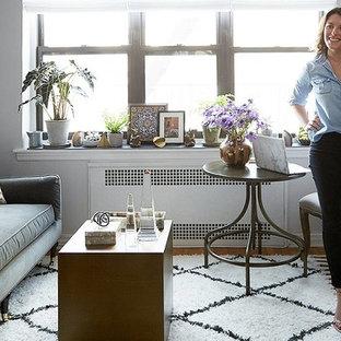 Foto di un piccolo soggiorno boho chic aperto con pareti grigie, pavimento in legno massello medio, nessun camino e TV autoportante