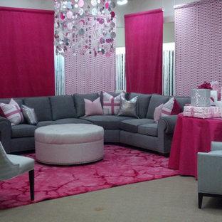 デトロイトの大きいコンテンポラリースタイルのおしゃれなLDK (グレーの壁、カーペット敷き、ピンクの床) の写真