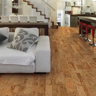 Ispirazione per un soggiorno minimalista di medie dimensioni e aperto con pareti bianche e pavimento in sughero