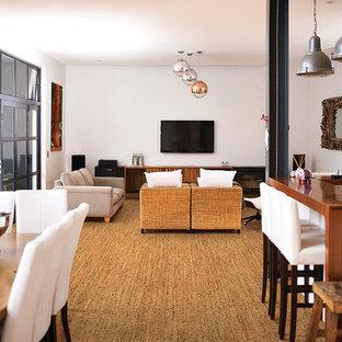 Modelo de salón abierto, rural, de tamaño medio, con paredes blancas, suelo de corcho y televisor colgado en la pared