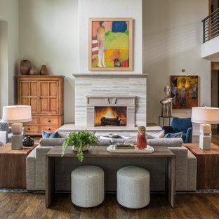 Foto di un soggiorno classico di medie dimensioni e aperto con pareti bianche, parquet scuro, camino classico, cornice del camino in pietra e pavimento marrone