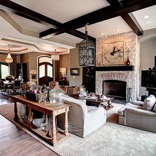 他の地域の中サイズのトラディショナルスタイルのおしゃれな独立型リビング (フォーマル、茶色い壁、無垢フローリング、標準型暖炉、石材の暖炉まわり、テレビなし、ベージュの床) の写真