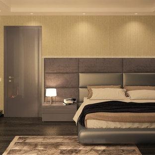 Idee per un piccolo soggiorno moderno chiuso con pareti beige, parquet scuro, camino sospeso, cornice del camino piastrellata e TV a parete