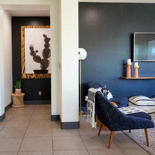 フェニックスの中サイズのミッドセンチュリースタイルのおしゃれなLDK (黒い壁、磁器タイルの床、暖炉なし、壁掛け型テレビ、グレーの床、フォーマル) の写真
