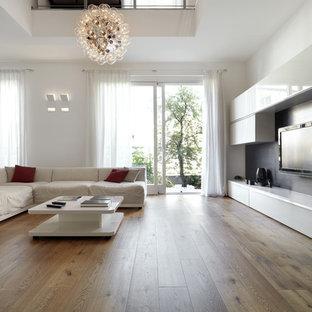 Modelo de salón contemporáneo, grande, con paredes blancas y televisor colgado en la pared