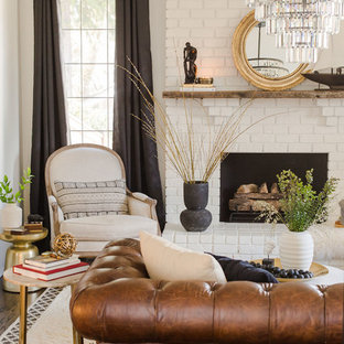 Ispirazione per un soggiorno chic con pareti bianche, camino classico e cornice del camino in mattoni