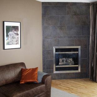 Ispirazione per un soggiorno design di medie dimensioni con pareti beige, parquet chiaro, camino sospeso, cornice del camino piastrellata e pavimento marrone