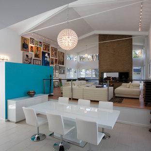 Immagine di un grande soggiorno moderno aperto con pareti bianche, pavimento in legno verniciato, camino bifacciale e cornice del camino in mattoni