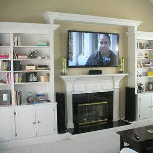 Foto di un soggiorno classico di medie dimensioni e aperto con sala formale, pareti beige, moquette, camino classico, cornice del camino piastrellata e TV a parete