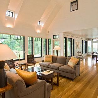 Idee per un ampio soggiorno contemporaneo aperto con pareti bianche, parquet chiaro, camino classico e cornice del camino in mattoni