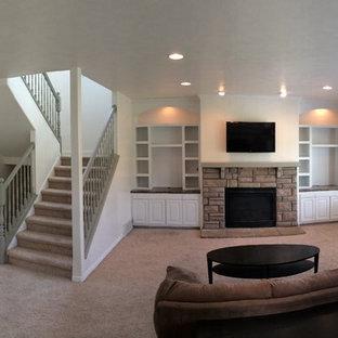 オースティンの中くらいのトラディショナルスタイルのおしゃれなリビング (白い壁、カーペット敷き、標準型暖炉、石材の暖炉まわり、壁掛け型テレビ、茶色い床) の写真