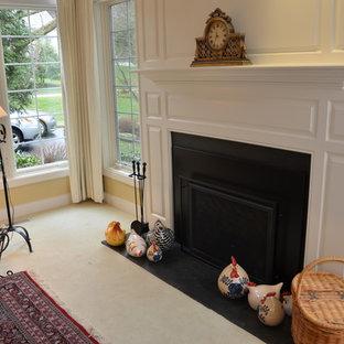Idee per un soggiorno chic di medie dimensioni e aperto con sala formale, pareti gialle, moquette, camino classico, cornice del camino in metallo, nessuna TV e pavimento bianco