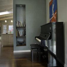 Modern Living Room by anat shmariahu