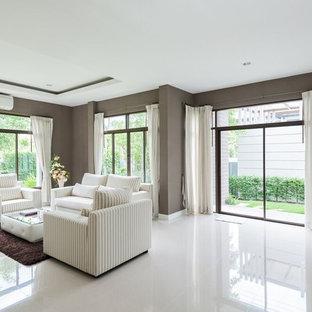 Imagen de salón para visitas cerrado, clásico renovado, de tamaño medio, sin chimenea y televisor, con paredes marrones, suelo de baldosas de porcelana y suelo blanco
