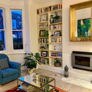 Ispirazione per un grande soggiorno tradizionale chiuso con pareti bianche, pavimento in legno massello medio, camino lineare Ribbon, TV autoportante e pavimento marrone